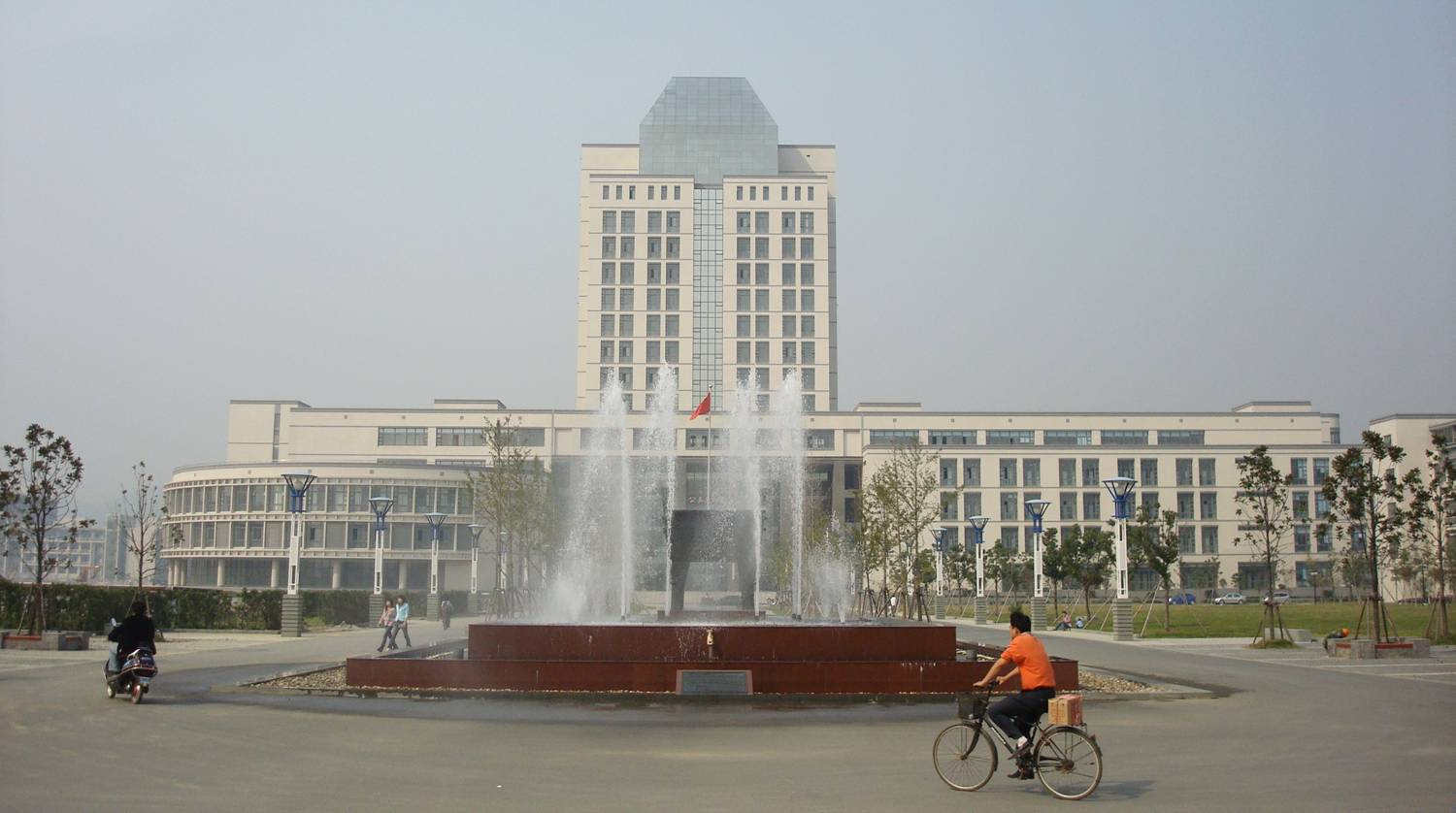 Picture The main fountain and library building at Jiangnan University, Wuxi, China
