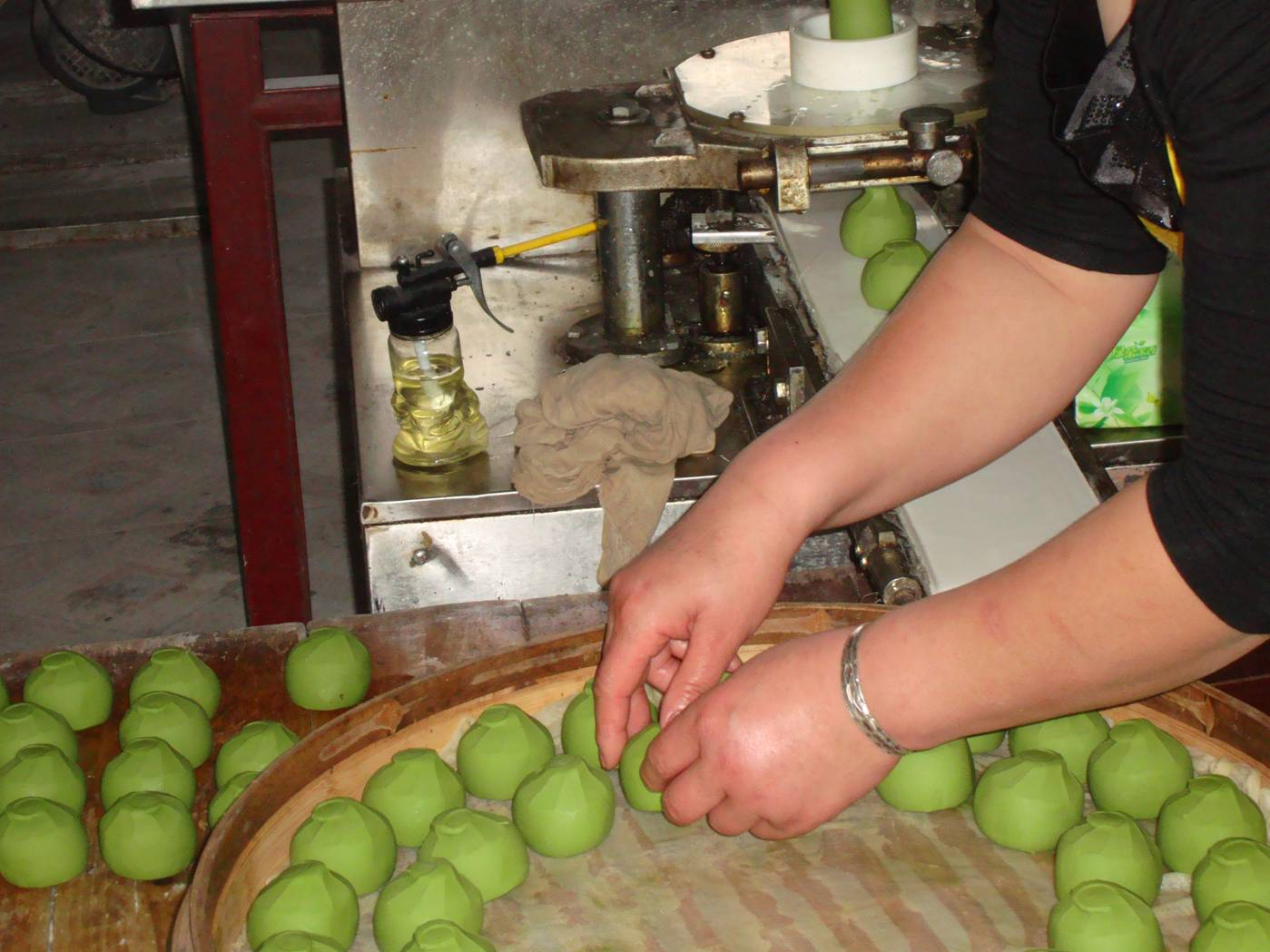 Picture:  Setting the balls of quing tuanzi in the steamer.