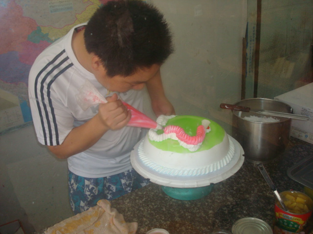 cake decorating - adding the dragon's back