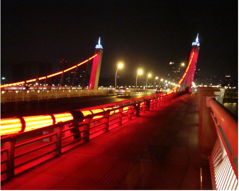 Picture: Lihu Daqiao (Lihu Big Bridge) at night.  The right side is the bicycle lane.  There's one on both sides.