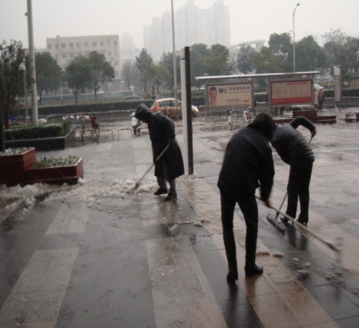 Picture: Snow clearing at Wanda Plaza outside the Starbucks.  Ugly weather in Wuxi, China