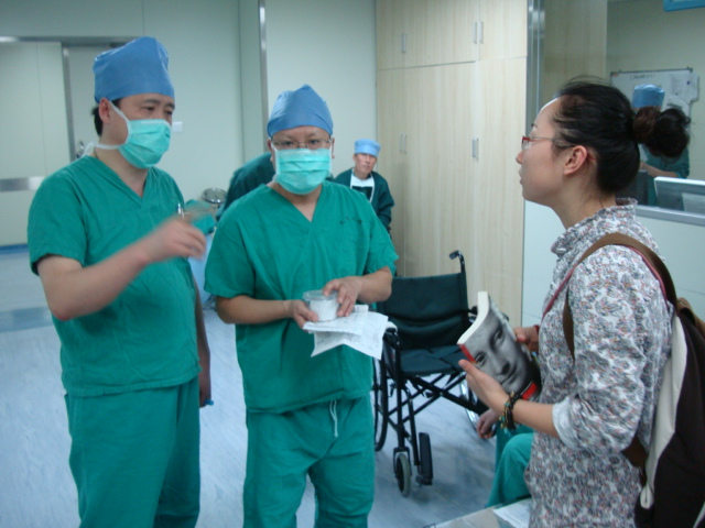 Picture:  Panda discusses her business plans with the surgeon.  Making connections.  Numberr 2 Hospital, Wuxi, China